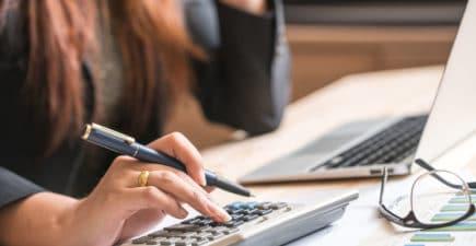 Femme avec une calculette
