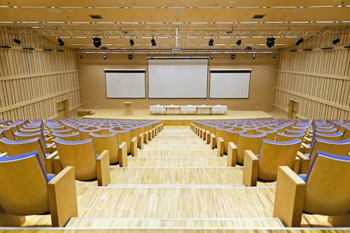 Les assemblées générales des copropriétaires qui reprennent en présentiel doivent avoir lieu dans le respect des gestes barrières, une grande salle est nécessaire.