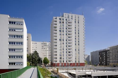 La loi SRU qui impose un quota de logements sociaux dans les villes est prolongée.